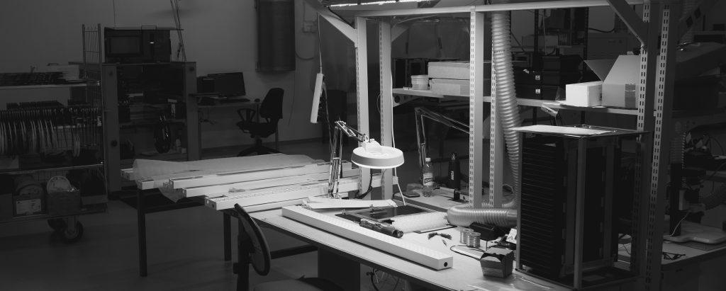 Greon Oy:n tuotekehittää ja testaa valaisimet varmistaaksemme tuotteiden luotettavuuden. Tuotannossa jokainen valaisin testataan varmistaaksemme niiden turvallisuuden ja toiminnallisuuden.
